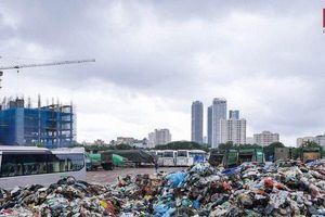Kinh hoàng hàng loạt núi rác tại Hà Nội sau nhiều ngày ứ đọng