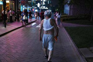 Trung Quốc nghiêm cấm người cao tuổi 'mặc thiếu vải' tại nơi công cộng