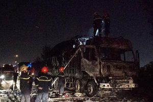 Cầu Phú Mỹ ùn tắc nghiêm trọng sau vụ ô tô tải cháy giữa đường