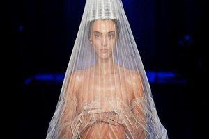 Khoảnh khắc diễm lệ: Người mẫu trùm khăn phủ kín, lấy tay che ngực trần sải bước trong show Jean Paul Gaultier