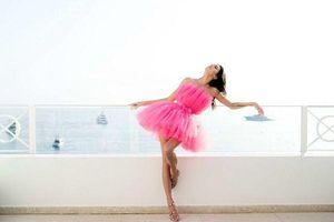 Sulli đẹp như nàng tiên đụng hàng kiểu váy hồng mong manh với chân dài triệu đô Kendall Jenner