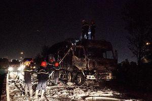 Xe tải bốc cháy khi đang chạy, lửa thiêu rụi hoàn toàn cabin