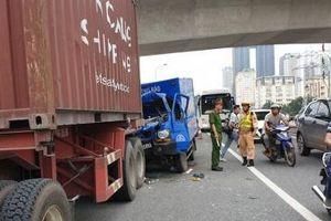 Hà Nội: Xe thư báo tông đuôi xe container, phụ xe tử vong