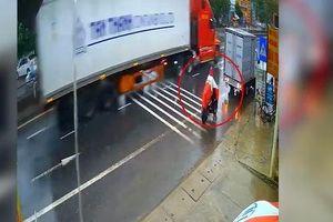 Clip: Đi vào điểm mù của xe tải, cô gái hứng cơn mưa 'gạch đá'