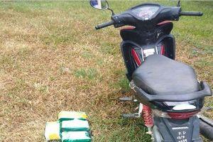 Người đàn ông vứt 5kg ma túy đá và xe máy khi thấy biên phòng