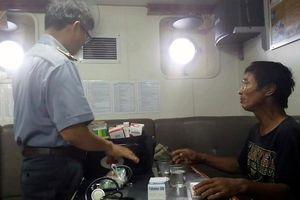 Kịp thời khám và cấp thuốc miễn phí cho ngư dân