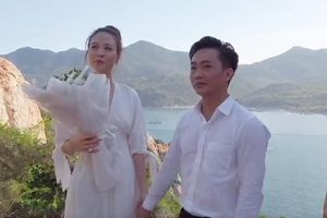 Cường Đô La khóc khi cầu hôn Đàm Thu Trang bên bờ biển