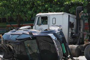 Chuyển làn đột ngột, ôtô Fortuner bị xe container đâm lật ngang