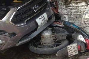 Gây tai nạn, ô tô 5 chỗ bỏ chạy húc văng 2 người đi đường