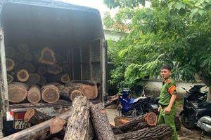 Thông tin mới vụ hàng chục xe chở gỗ lậu 'tàng hình' qua chốt kiểm lâm: Đình chỉ công tác hai cán bộ trực chốt
