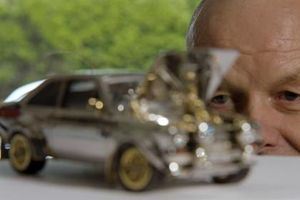 25 năm và 360.000 USD cho ô tô mô hình làm từ đá quý