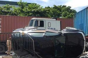 Nữ tài xế và con nhỏ thoát chết sau va chạm với xe container