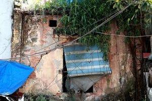 Cận cảnh những ngôi nhà 'chờ sập' ở phố cổ Hà Nội