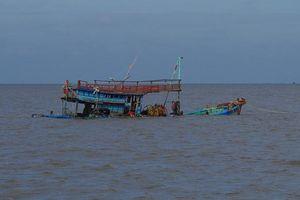 Tàu cá Bình Định bị chìm, 8 ngư dân được tàu cùng tổ đội cứu vớt