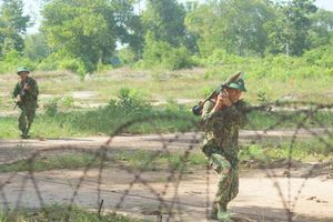 Chiến sĩ bộ binh thực hành mở cửa đánh chiếm đầu cầu