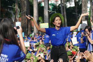Hoa hậu H'Hen Niê truyền cảm hứng cho chiến sĩ Mùa hè xanh