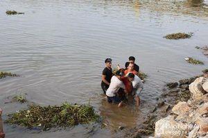 Trắng đêm tìm kiếm thi thể cô gái rơi xuống sông Mai Giang