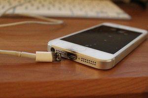 Lạng Sơn: Dùng điện thoại khi đang sạc pin, một nam thanh niên tử vong