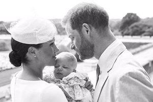 Vợ chồng hoàng tử Harry chia sẻ hình ảnh con trai mới sinh siêu đáng yêu