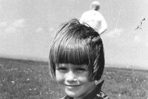 Bí ẩn hình 'người ngoài hành tinh' sau lưng bé gái