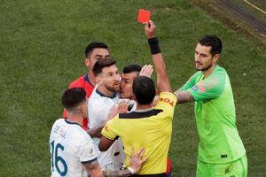 Sau khoảnh khắc Lionel Messi nhận thẻ đỏ, thế giới bóng đá 'dậy sóng'