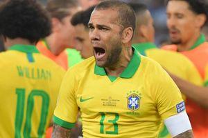 Dani Alves sánh ngang với Roberto Carlos và Cafu