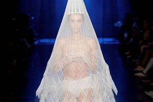 Dàn mẫu diện váy xuyên thấu để ngực trần ở tuần lễ Haute Couture