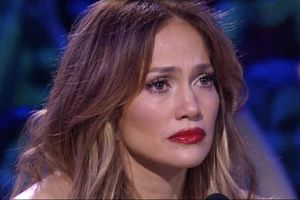 Jennifer Lopez bật khóc ở hậu trường