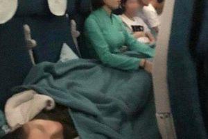 Tiếp viên chia sẻ về giây phút ngồi ôm nữ hành khách bị ngất trên máy bay