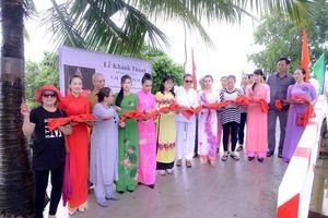 Hoa hậu Huỳnh Trâm cùng mẹ khánh thành cây cầu 26/3 tại tỉnh Kiên Giang