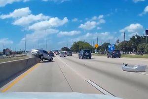 Honda Accord mất lái, đâm dải phân cách khi tránh xe phía trước