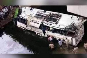 Ấn Độ: Xe bus tông dải phân cách lao xuống mương, gần 50 người thương vong