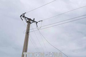 Đụng vào cây cột sắt nhà hàng xóm, cháu bé 8 tuổi bị điện giật tử vong