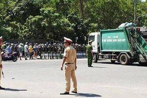 Cảnh sát 'hộ tống' xe chở rác vào bãi Khánh Sơn ở Đà Nẵng