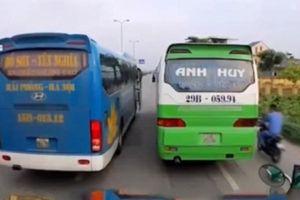 Xe khách ngang nhiên dàn hàng ngang trên quốc lộ