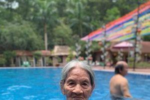 Cháu gái khoe bà 'chất chơi' 88 tuổi vẫn mặc bikini bơi khỏe như thanh niên