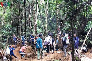 Cận cảnh khu vực người dân đào bới tìm đá quý ở Lục Yên, Yên Bái