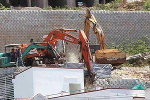 Mất 2 tháng để tháo dỡ bức tường khủng ở Nha Trang