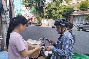 Người Việt phải 'dài cổ' chờ khi mua hàng trực tuyến