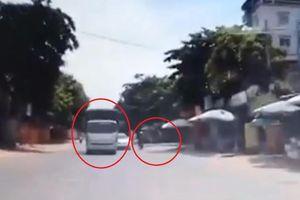 Vượt ẩu khi ôm cua, xe máy và ôtô suýt va vào nhau gây tai nạn