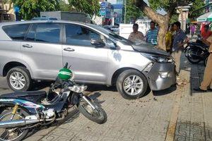 Ôtô nổ lốp trên đường Phan Văn Trị lao thẳng vào tài xế GrabBike