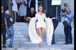 Ở tuổi 51, Céline Dion tự tin mặc váy ngắn táo bạo, khoe chân trần nuột nà tại Paris Couture