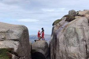 Cầu hôn bạn gái trên tảng đá kẹp giữa hai vách núi ngút trời khiến ai nhìn cũng 'rớt tim'