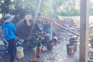 Gần 100 cán bộ, chiến sĩ và nhân dân tham gia xây dựng cầu nông thôn