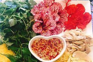 Trộn gỏi với hoa phượng