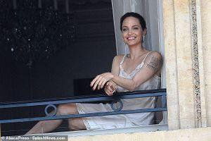 Angelina Jolie thả dáng quyến rũ trên ban công ở Pháp