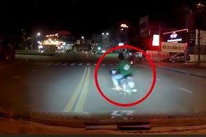 Clip: Thanh niên say xỉn tạt đầu ô tô, bị tài xế cầm gậy đuổi chạy trối chết