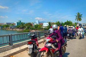 Dựng xe máy giữa cầu, ông lão 74 tuổi nhảy sông tự tử
