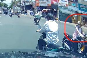 Clip: Vượt đèn đỏ làm 2 người đi xe máy ngã sấp mặt, nữ 'ninja' lạnh lùng bỏ đi