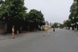 Dấu hiệu phạm tội của thanh niên đi xe máy húc văng CSGT
